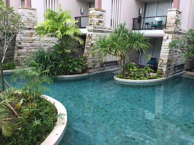 bonita-piscina-pedra-hijau